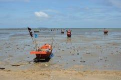 Rybołówstwo łódź na plaży obraz stock