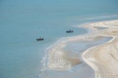 Rybołówstwo łódź na seashore obraz royalty free