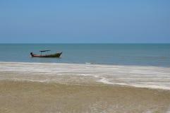 Rybołówstwo łódź przy plażą zdjęcia stock