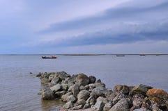 Rybołówstwo łódkowaty statek od plaży morze na zmierzchu obraz royalty free