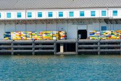 Rybołówstwo dok z kolorowymi skrzynkami obrazy royalty free