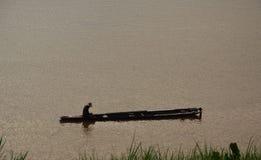 Rybołówstwo rzędu łódź w rzece na zmierzchu obrazy royalty free
