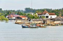 Rybołówstwo wioska z połowów statkami w Południowym Tajlandia zdjęcia stock