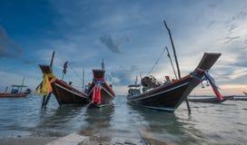 Rybołówstwo łodzie zakotwiczają przy zatoką Tajlandia plaża Obrazy Stock