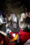 Rycerz na średniowiecznym turnieju Średniowieczna batalistyczna odbudowa Zdjęcia Royalty Free
