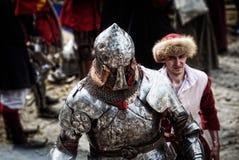 Rycerz na średniowiecznym turnieju Średniowieczna batalistyczna odbudowa Fotografia Stock