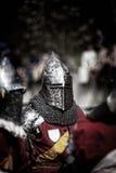 Rycerz na średniowiecznym turnieju Średniowieczna bitwa & x28; reconstruction& x29; Fotografia Stock