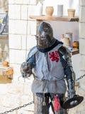Rycerz - uczestnik w festiwalu ` rycerzach Jerozolimscy ` stojaki na liście w oczekiwaniu na pojedynek w Jerozolima, Izrael zdjęcia royalty free