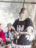 Rycerz - uczestnik w festiwalu ` rycerzach Jerozolimscy ` stojaki na liście w oczekiwaniu na pojedynek w Jerozolima, Izrael Zdjęcie Stock
