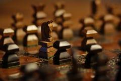 Rycerz versus pionek w szachowej grą obraz stock