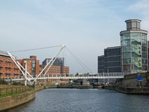 rycerze przerzucają most krzyżować rzecznego Aire w Leeds z otaczającymi nadrzecznymi mieszkaniami i królewskimi zbrojowniami fotografia stock