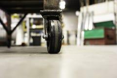 Rycynowy - odlewnik toczy na fabrycznej warsztatowej pod?odze zdjęcie royalty free