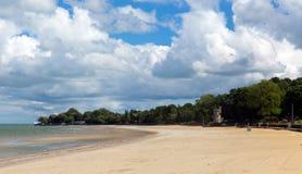Ryde zandig strand het Eiland Wight met blauwe hemel en zonneschijn in de zomer in deze toeristenstad op de noordoostelijke kust Royalty-vrije Stock Afbeeldingen