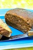 Rye-Brot auf einer blauen Mehrlagenplatte Stockbild