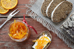 Rye-Brot mit Butter und selbst gemachtem orange Confiture auf verrostetem wo Lizenzfreies Stockfoto