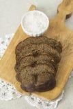 Rye-Brot mit Salz auf einem hölzernen Brett Lizenzfreie Stockfotos