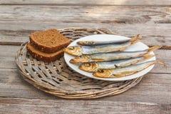 Rye-Brot und geräucherte Fische Stockfotos