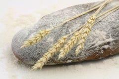 Rye-Brot und Spitzen des Roggens und des Mehls Lizenzfreies Stockbild
