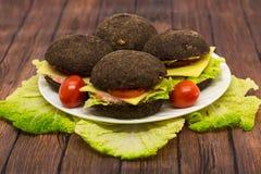 Rye-Burger auf einem hölzernen Hintergrund Lizenzfreie Stockbilder