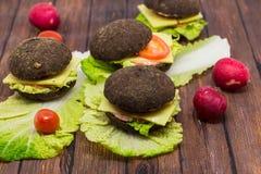 Rye-Burger auf einem hölzernen Hintergrund Stockbilder