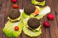 Rye-Burger auf einem hölzernen Hintergrund Lizenzfreie Stockfotos