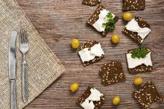 Rye-Croutons mit Käse Canape mit Käse und Oliven stockfotos