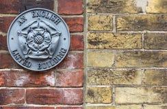 RYE, Großbritannien/1. vom Juni 2014 - ein rosafarbenes Zeichen Stahlweinlese Tudor, das einen Markstein bezeichnet Stockbilder