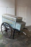 RYE, SUSSEX/UK DEL ESTE - 11 DE MARZO: La carretilla de mano vieja de la panadería del molino Foto de archivo libre de regalías