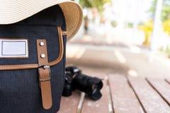 Ryggsäck med hatten och kamera för handelsresande royaltyfria bilder