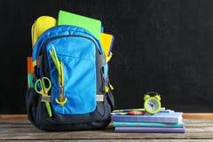 Ryggsäck med skolabrevpapper royaltyfri bild