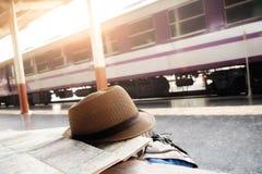 Ryggsäck och hatt på drevstationen royaltyfri bild