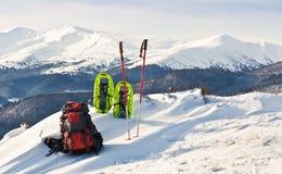 Ryggsäck och snösko Royaltyfri Foto