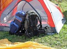 Ryggsäckar av fotvandrare som vilar ovanför tältet Royaltyfri Bild