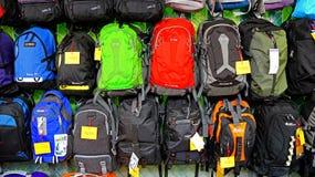 Ryggsäckar eller ryggsäckar i ett lager Arkivfoton