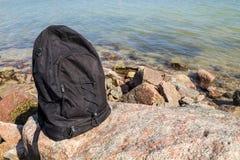 Ryggsäcken vaggar på med bakgrund för havskusten Arkivbilder