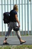 ryggsäckkvinna Fotografering för Bildbyråer