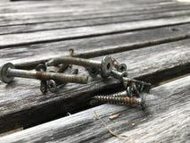 Rygiel, śruba na stołowym drewnie Obrazy Stock