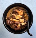 Rykta nudeln i soppa för vit sås med beancurd royaltyfria bilder