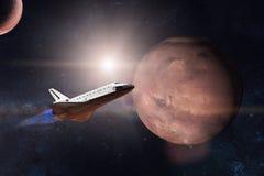 Rymdfärja som tar av på en beskickning på bakgrund av Mars royaltyfria foton
