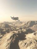 Rymdskepp som flyger över berg på en ökenplanet Arkivbilder