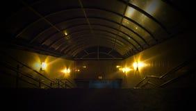 Rymdskeppkorridor Futuristisk tunnel med ljus Av tomt Sci Fi futuristiskt mörkt rum med ljus - blåa ljus arkivfoton