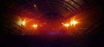 Rymdskeppkorridor Futuristisk tunnel med ljus Av tomt Sci Fi futuristiskt mörkt rum med ljus - blåa ljus royaltyfria foton
