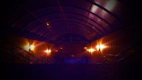 Rymdskeppkorridor Futuristisk tunnel med ljus Av tomt Sci Fi futuristiskt mörkt rum med ljus - blåa ljus royaltyfri fotografi