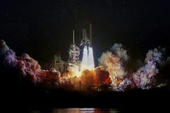 Rymdskepplansering på natten, landskap med färgrika rökmoln och galaxbakgrund royaltyfri foto