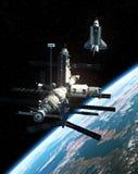 Rymdstation och rymdfärja i yttre rymd Royaltyfri Bild