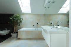 Rymlig bathrom i loften Arkivfoton