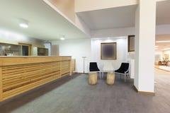 Rymlig hotelllobby med mottagandeskrivbordet Arkivfoton