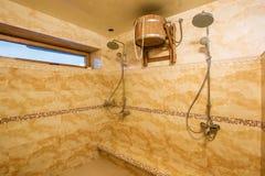 Rymlig inre av det tomma badrummet med marmortegelplattor Royaltyfria Bilder