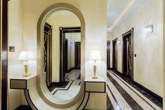 Rymlig korridor inom barock inre Arkivbild