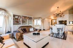 Rymlig lägenhet i barock stil Royaltyfria Foton